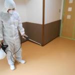 写真:特殊清掃の除菌作業