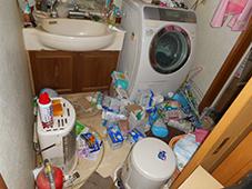 写真:洗面所清掃前